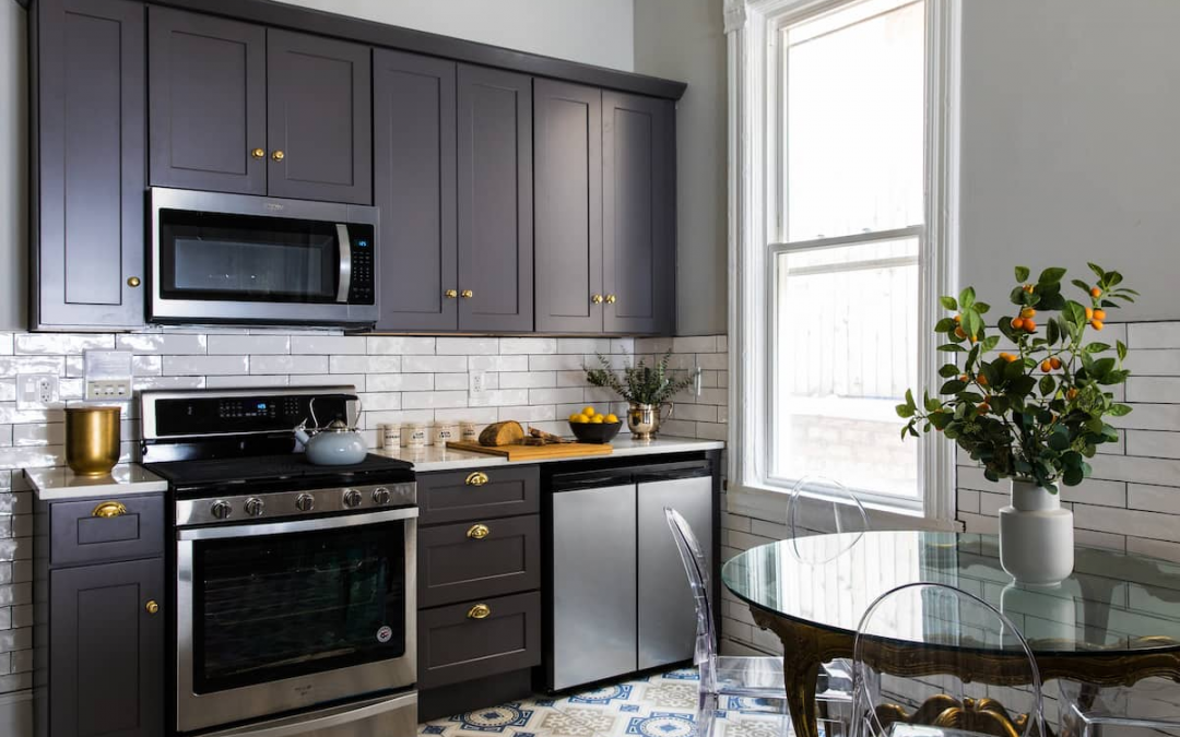 Appointed Like This: Glamorous Kitchen in Chicago Pied-à-terre